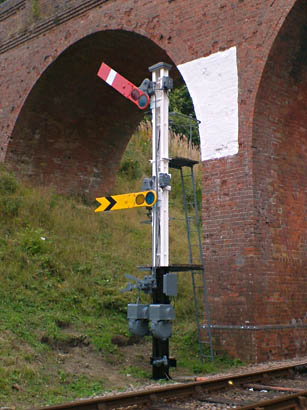 Repainted signal at Three Arch Bridge - Alan Dengate - 1 October 2013