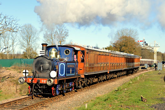 323 leaves Horsted Keynes with the Met set - Steve Lee - 22 November 2015